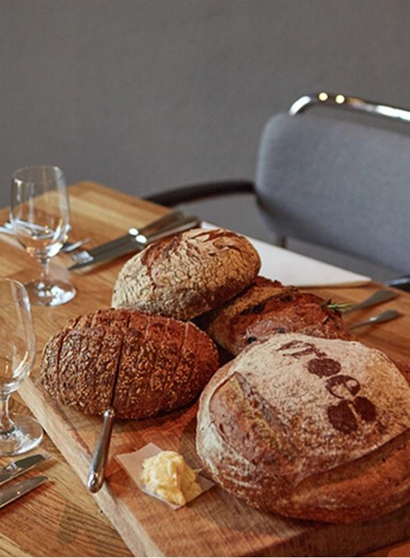vergaderen vergader ruimte eten drinken brood voor kamer rechts