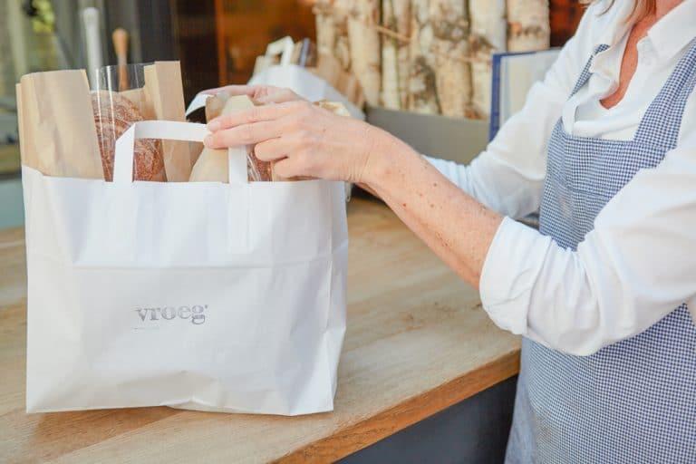 personeel ober kok paket lunch eten brood vers proef papier zak licht